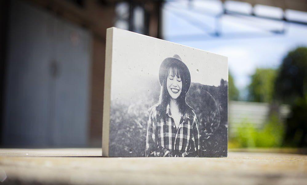 Een foto op beton heeft een zachte satijnfinish