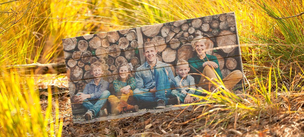 Een gezinsfoto op Steigerhout
