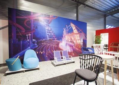 Grote visuals in showroom van Robos