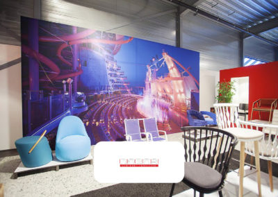 Grote visuals in showroom van Robos