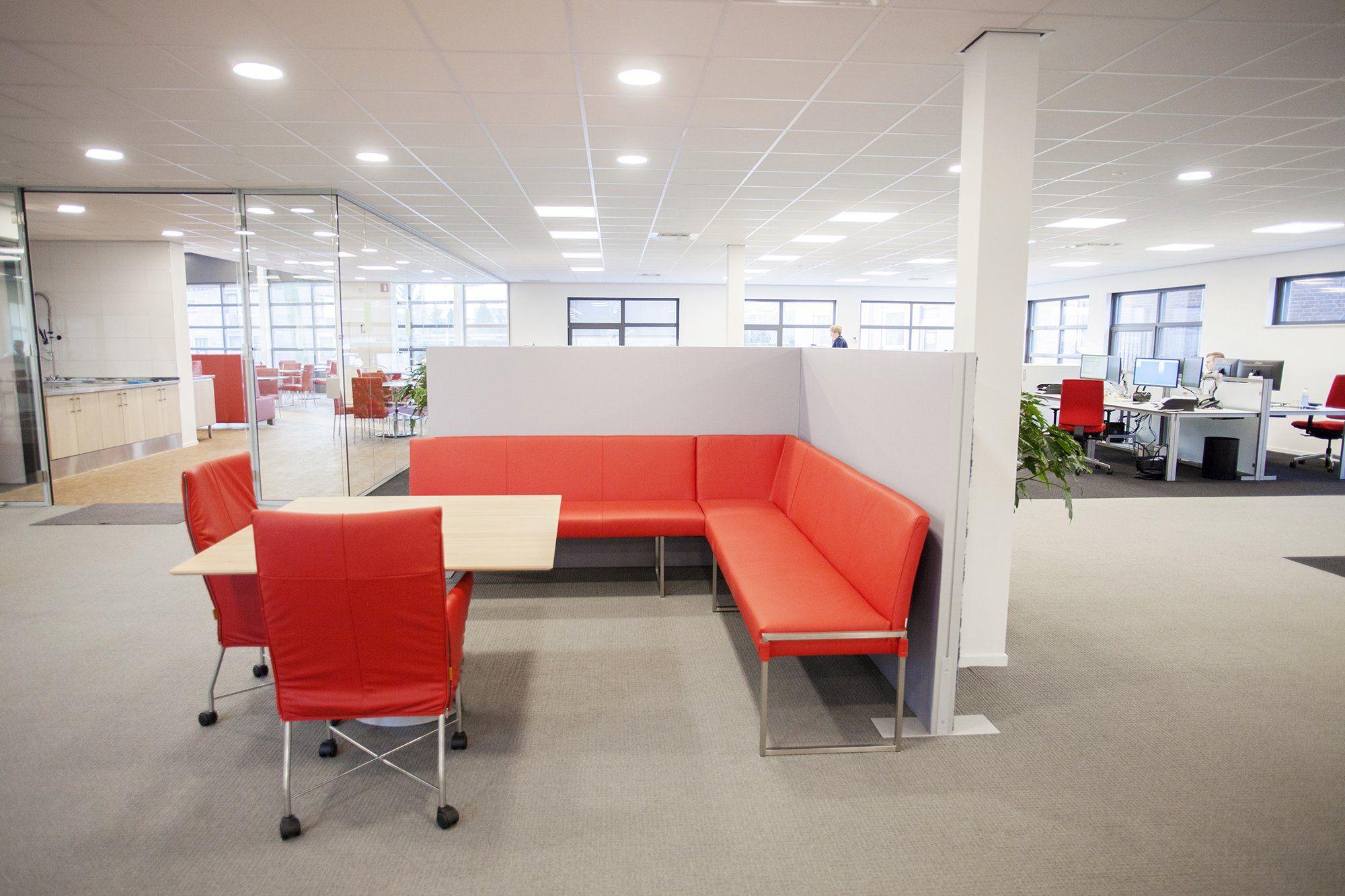 Geluidsabsorberende scheidingswand in een grote kantoorruimte