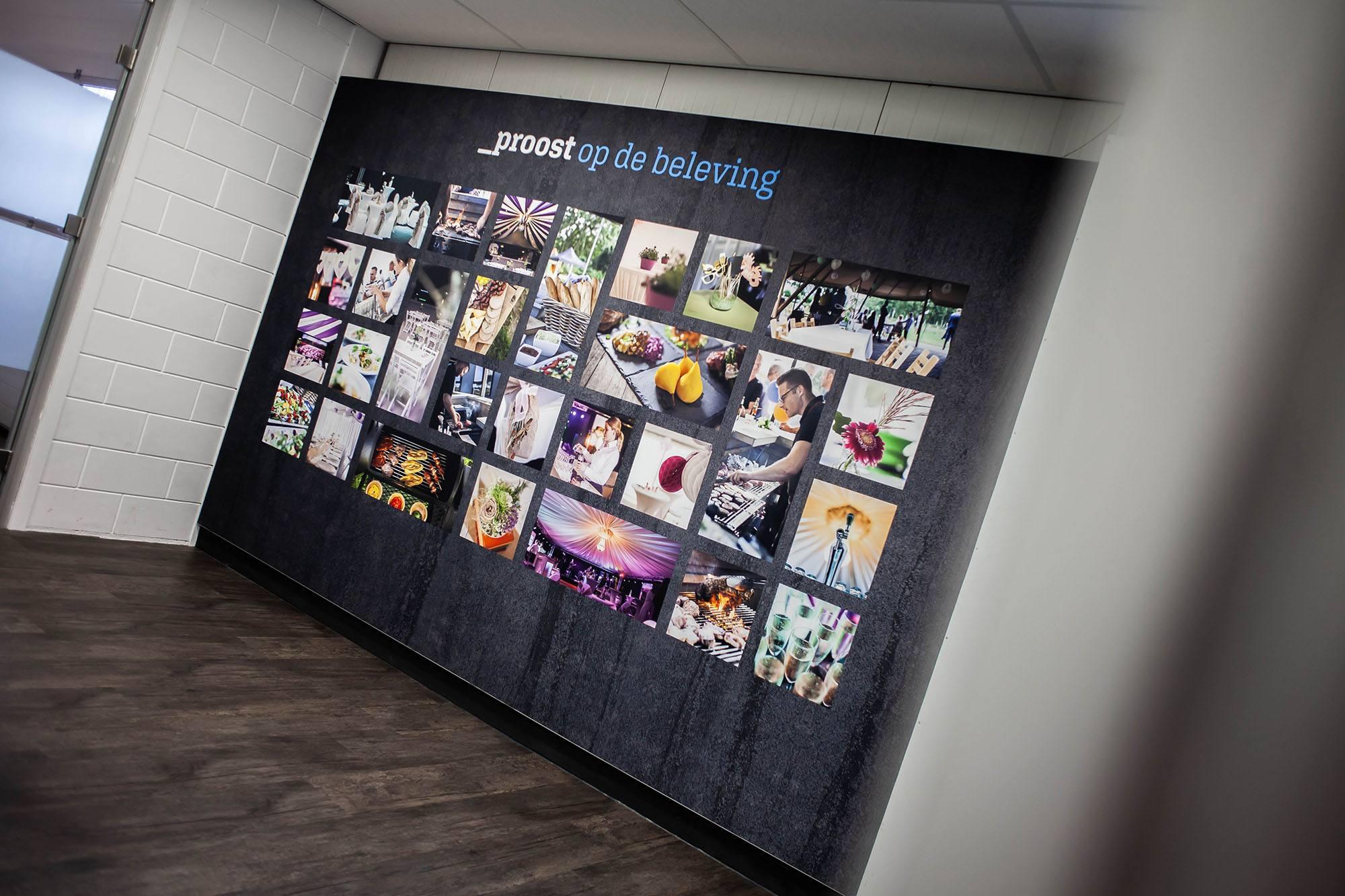 Geluidsabsorberend wandpaneel op kantoor met eigen foto's