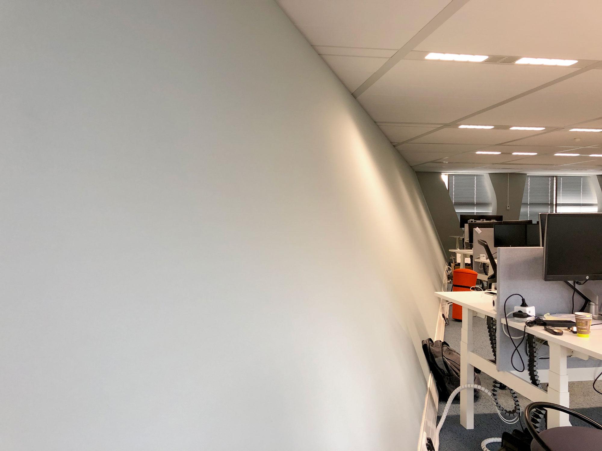 Geluidsabsorberend wandpaneel van 15 meter lang bij Waterschap in Zwolle